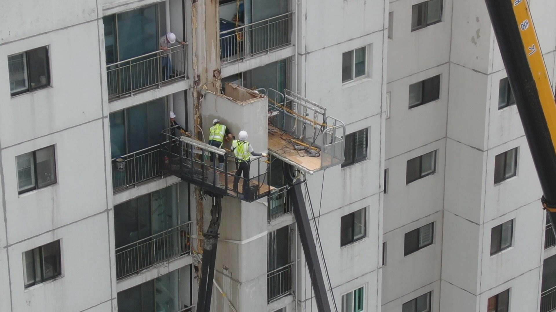 붕괴 우려 수원 아파트 구조물…철거 시작