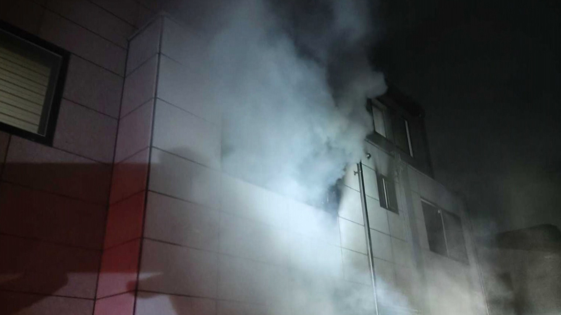 원주 반곡동 주택 2층서 불…4명 부상