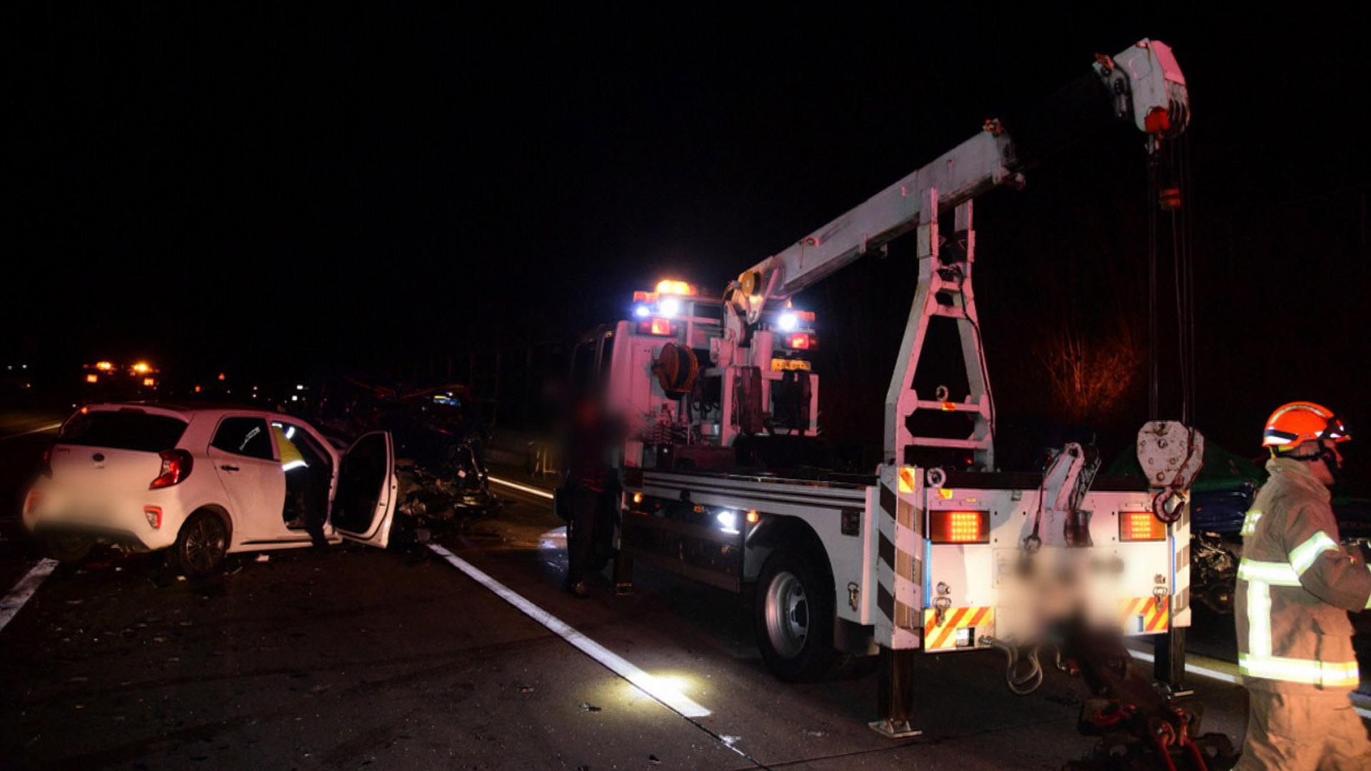 고속도로서 트럭·승용차 3중 추돌…1명 사망