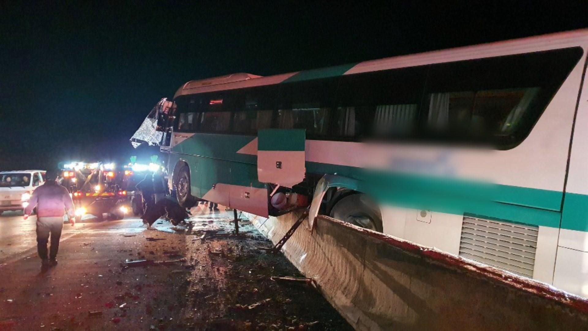 중앙고속도로서 버스가 트럭 추돌…17명 부상