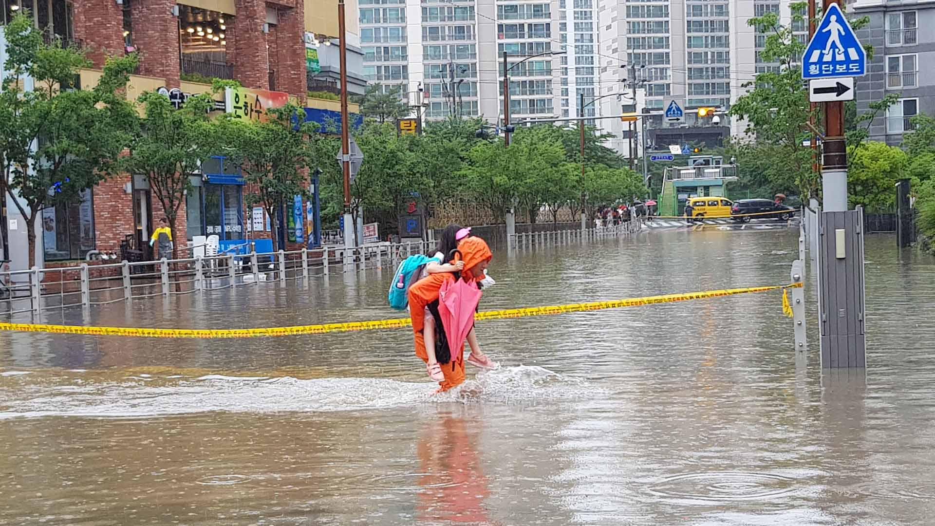 부산, 하루 200㎜ 넘는 폭우…도로 곳곳 물에 잠겨