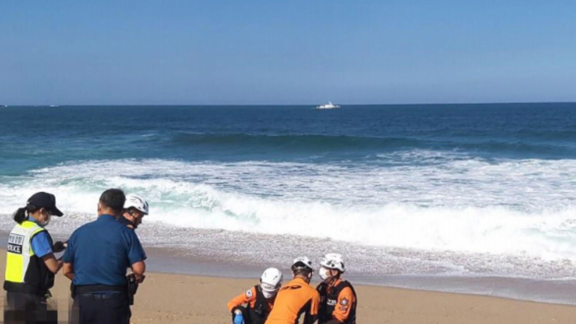 모래놀이 중 너울성 파도에 휩쓸린 일가족 3명 숨져