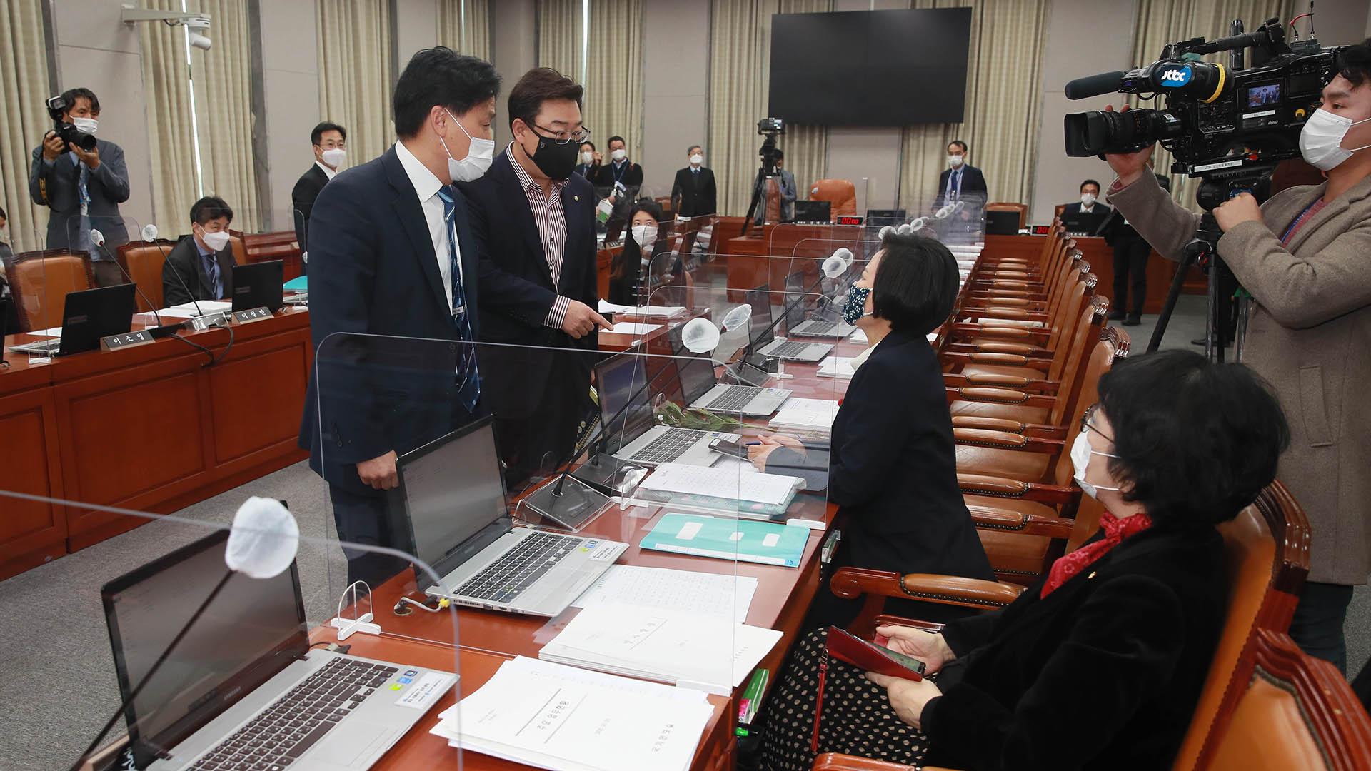 靑 참모진 불출석에 野 강력 반발…운영위 국감 연기