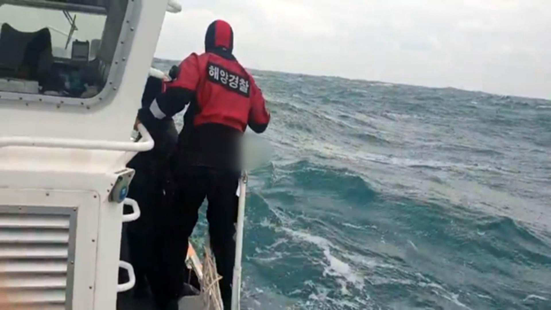 거제 해상서 10명 탄 어선 침몰…7명 구조, 3명 수색