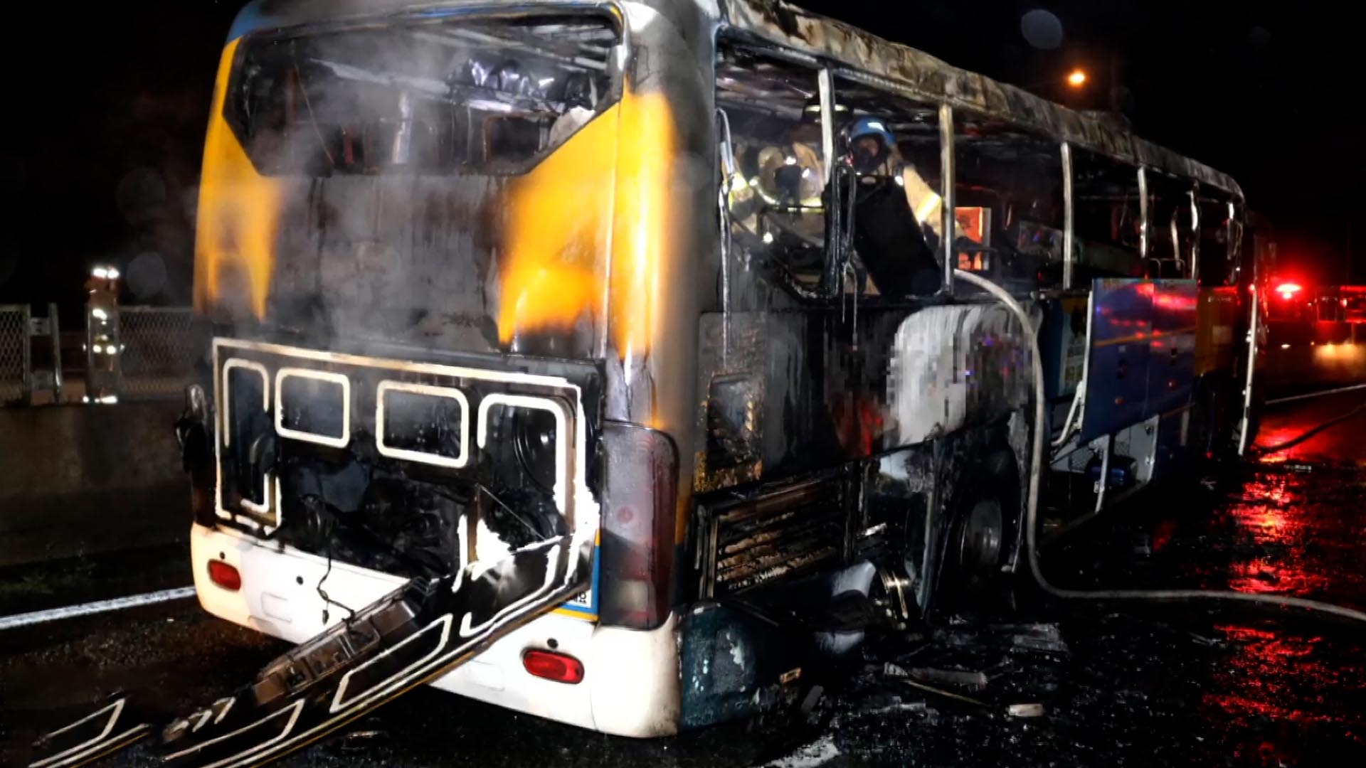 영동고속도로 달리던 고속버스 화재…4명 대피