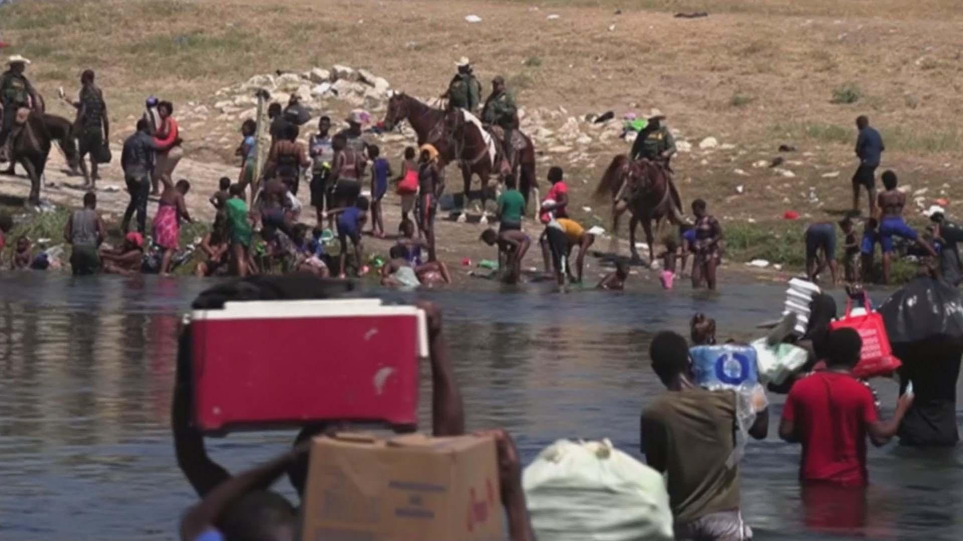 말에 올라 가축몰이하듯…아이티 난민 내쫓은 美순찰대