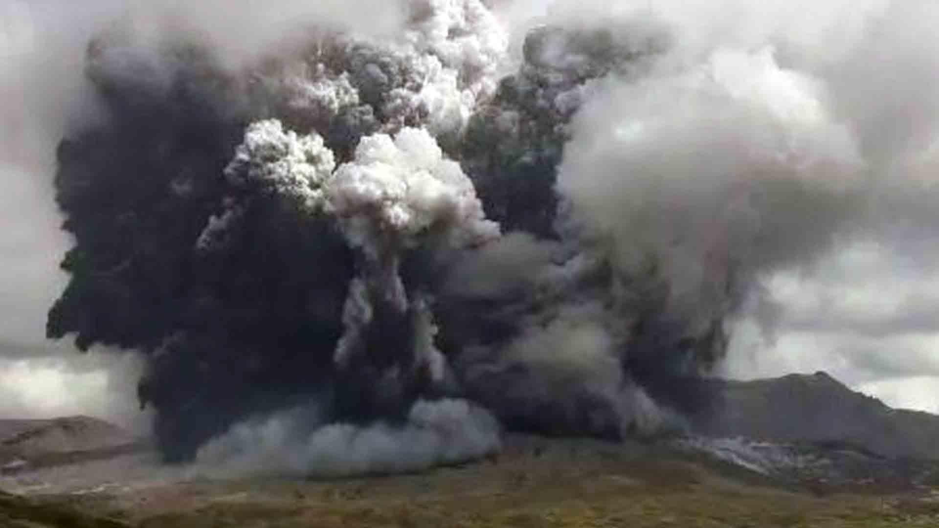 日활화산 아소산 분화…화산재 3.5㎞ 치솟아