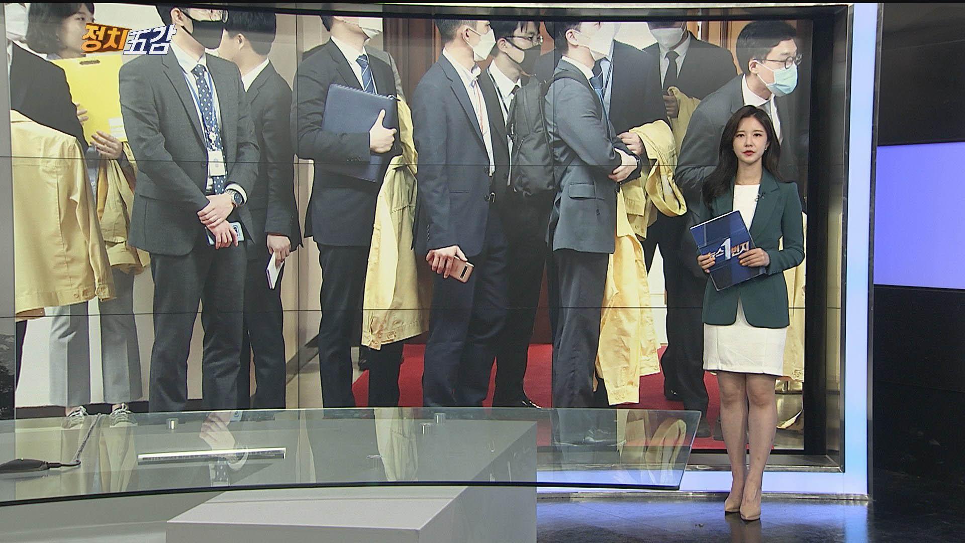 [정치五감] 중대본 회의 준비하며…민방위복 들고 있는 보좌진 外